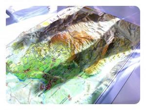 Les 2 tours projettent leur ombre sur Mordor - ah non c'est juste une carte en relief du Mont Ventoux! (sur le stand du Château Pesquié)