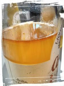 Cette fine ligne plus sombre ? Les huiles essentielles qui se séparent de l'eau et de l'alcool...