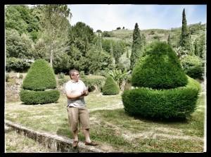 Tristant Daubrée dans son jardin du domaine Corps de Loup - vins de Côte-Rôtie et de Condrieu