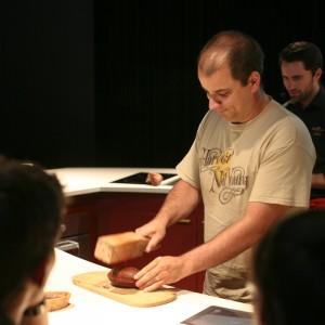 Chocolat : David en train de fendre une cabosse de cacaoyer (écabossage)