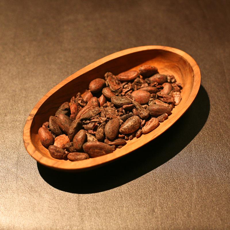 Chocolat : Fèves de cacaoyer torréfiées et début de transformation en grué