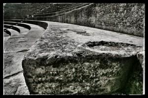 Vue en perspective des gradins du théâtre antique d'Orange