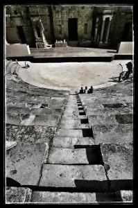 Vue plongeante sur les gradins du théâtre antique d'Orange