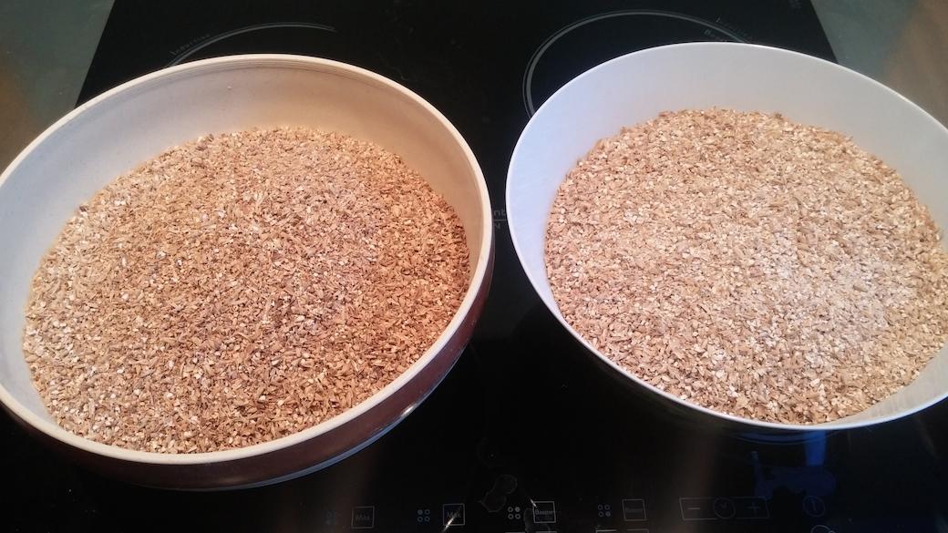 """Comparaison de 2 malts : à gauche un malt """"roux"""" (EBC 150), à droite du Pale Ale (EBC 8)."""
