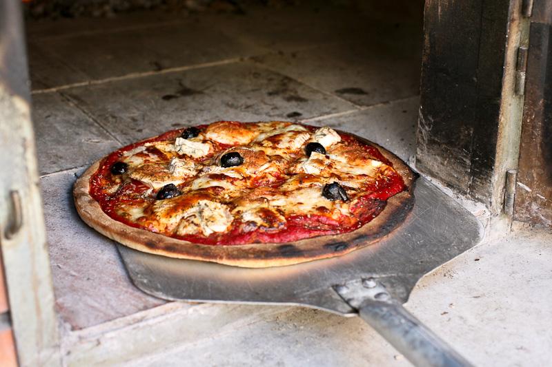 Pizza à la sortie du four à bois du Mas Sibert (Fos, Hérault)